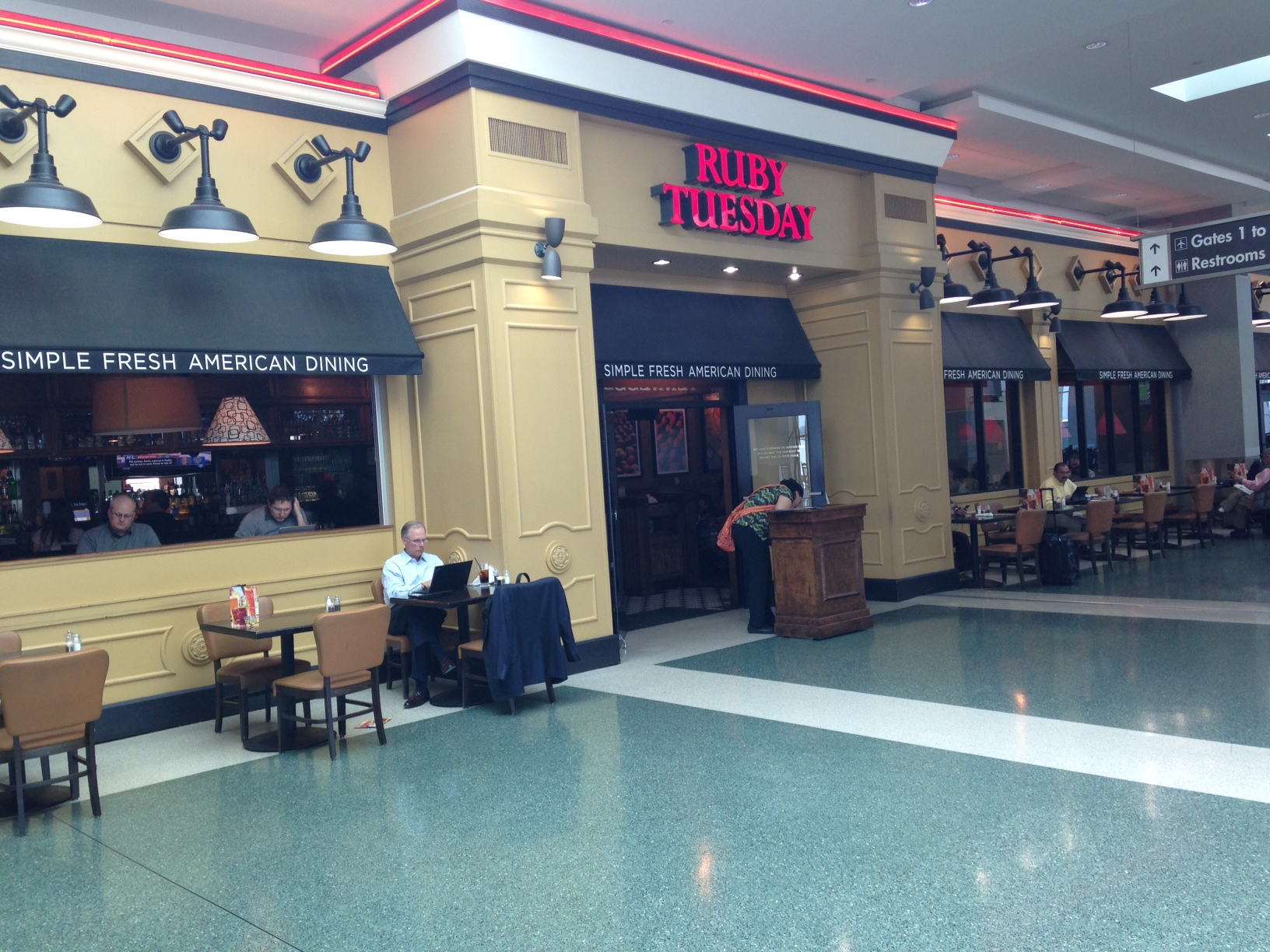 We had a snack at the Ruby Tuesday restaurant in the McGhee Tyson Airport in Knoxville.  Very convenient.